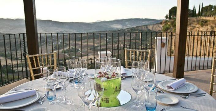 Montaje de mesas para celebración de eventos