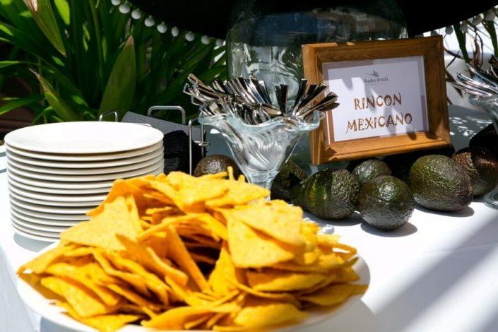 Nachos y aguacate en rincón mexicano