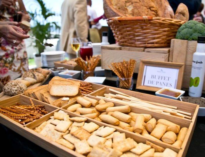 Zona de buffet de panes para invitados a una boda