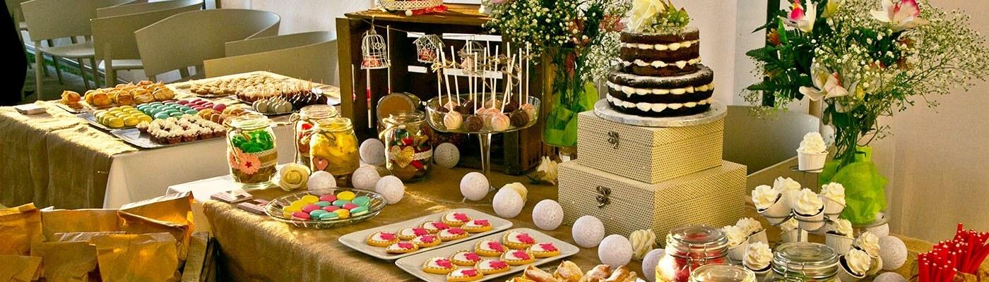 Candy bar con dulces, golosinas y tartas para bodas en Abades Ronda