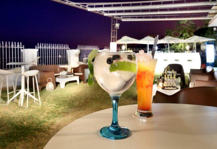 Primer plano de bebidas cóctel en terraza