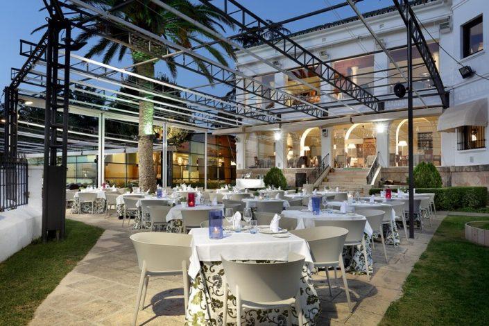 Edificio y terraza del restaurante Abades Ronda