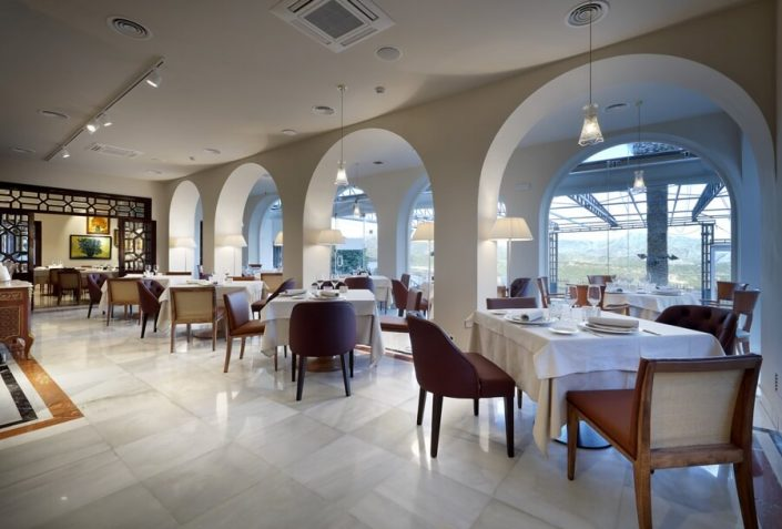 Mesas en planta baja del restaurante Ronda
