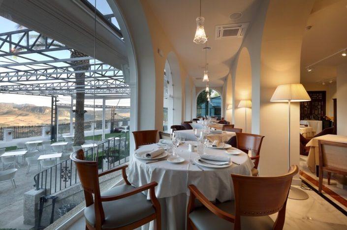 Montaje de mesas en zona baja del restaurante Abades Ronda
