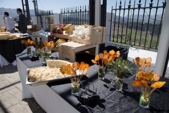 Buffet de aperitivos en terraza de Abades Ronda