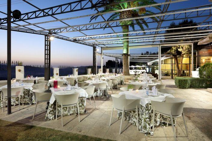 Montaje de mesas y sillas en la terraza mirador