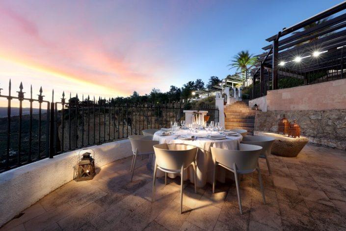 Montaje de mesa romántica con vistas desde el Tajo de Ronda
