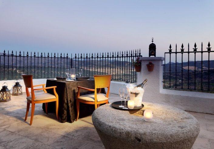 Mesa romántica en restaurante sobre el Tajo de Ronda