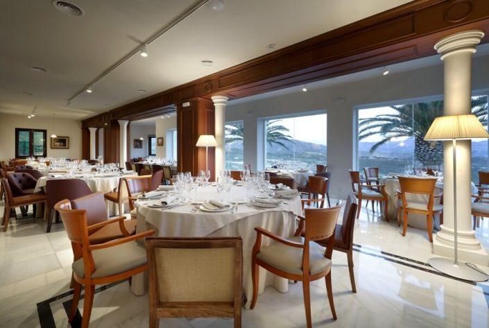Montaje de mesas en zona alta del restaurante Abades Ronda
