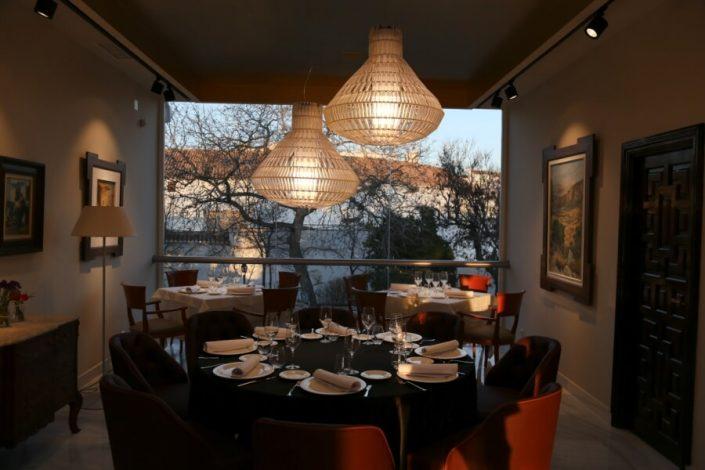 Montaje de mesas en restaurante Abades Ronda