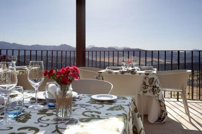 Mesa para dos personas con vistas desde la terraza mirador