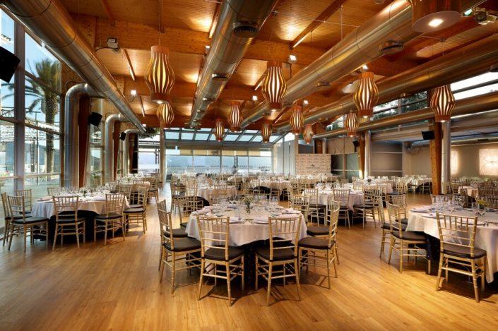 Mesas y sillas preparadas para evento de empresa en Ronda