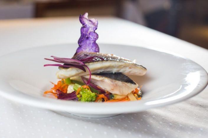 Lubina Asada con cous cous de verduritas y salsa de carabinero