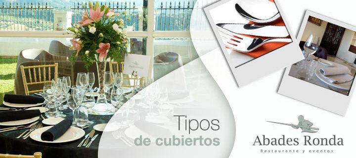 Cubiertos y mesa de restaurante